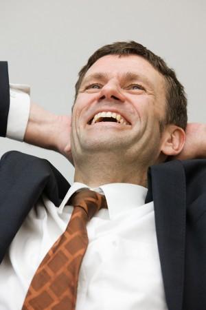 geschäftsmann-mitarbeiter-karriere-kundenberatung-firmenportrait-lachen-cronos