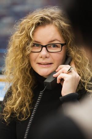frau-mitarbeiterin-karriere-telefon-beratung-kundenkontakt-firmenportrait