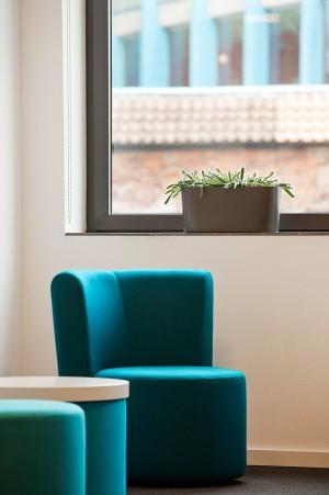unternehmensdarstellung-sitzplatz-fenster-modern-einrichtung