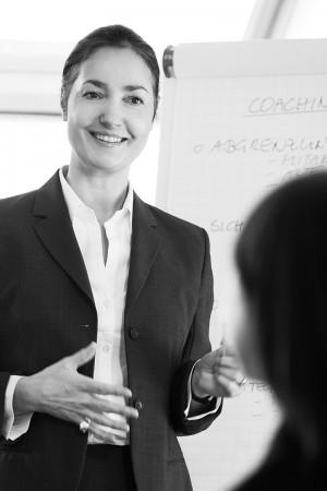 geschäftsfrau-karriere-beruf-schwarz-weiß-business-portrait