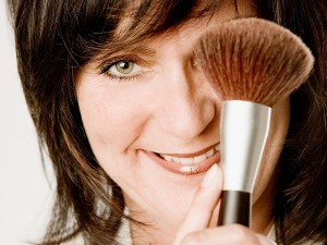 business-portrait-kosmetikerin-beruf-karriere-pinsel-lächeln