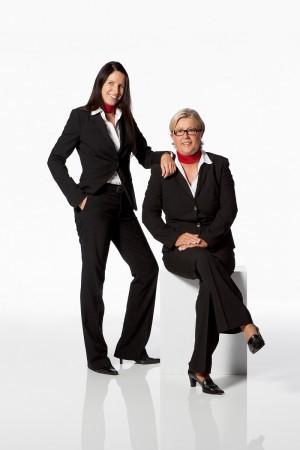 geschäftsfrauen-arbeitskolleginnen-uniform-business-portrait
