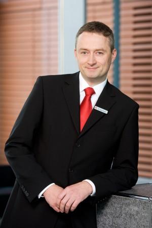 sparkasse-geschäftsmann-anzug-karriere-business-portrait