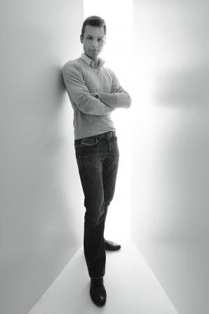 portrait-mann-ganzkörper-schwarz-weiß-münster