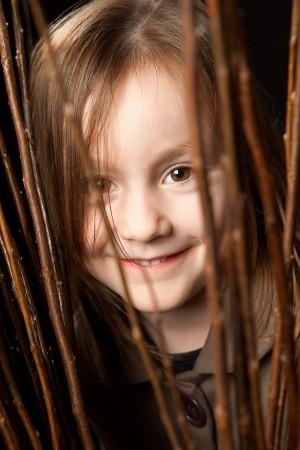mädchen-portrait-fotografie-grinsen-vorhang