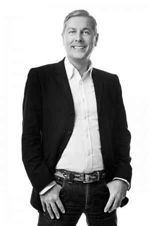 älterer-mann-portrait-schwarz-weiß-lachen
