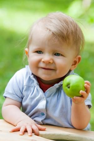 baby-grüner-apfel-portrait-outdoor-fotografie