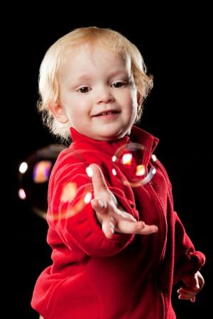 baby-portrait-seifenblasen-spiel-lebensfreude