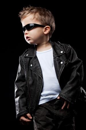 kleinkind-sonnenbrille-cool-posen-portrait