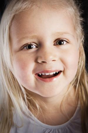 kleinkind-mädchen-lebensfreude-grinsen-portrait