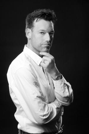 mann-portrait-schwarz-weiß-posing-ernst