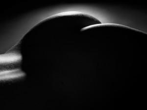 schwarz-weiß-aktfoto-frau-intim-fotografie