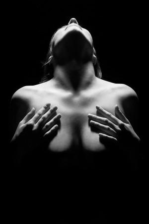 schwarz-weiß-aktfoto-frau-licht-schatten-intim-fotografie