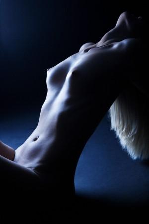 schwarz-weiß-aktfoto-frau-körper-intim-fotografie