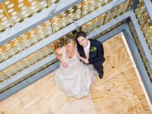 hochzeit-braut-bräutigam-von-oben-glücklich-fotografie-portrait