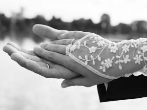 hochzeit-hände-ringe-spitze-handschuhe-fotografie-schwarz-weiß