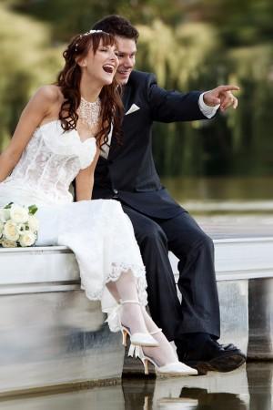 brautpaar-portrait-steg-lachen-glück-hochzeit-fotografie-outdoor