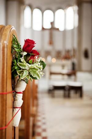 hochzeit-kirche-dekoration-rote-rosen-fotografie
