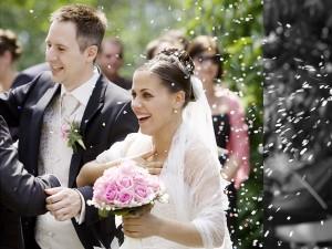 collage-schwarz-weiß-farbe-konfetti-brautpaar-blumenstrauß-outdoor