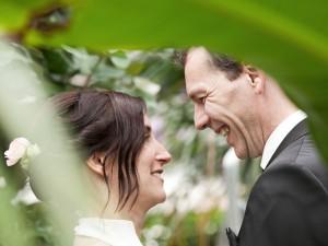 brautpaar-glücklich-lachen-outdoor-pflanzen-portrait-fotografie