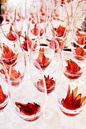 tischdekoration-blumen-gläser-hochzeit-feier