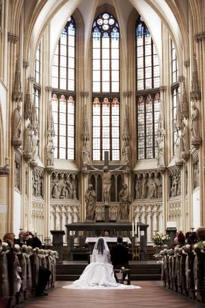 collage-schwarz-weiß-farbe-kirche-hochzeit-brautpaar-kleid-schleppe-traditionell
