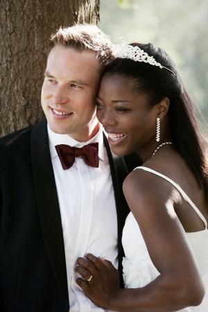 braut-bräutigam-glücklich-lachen-posing-fotos-outdoor-hochzeit