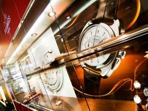 foliendruck-dekoration-werbung-shopgestaltung-hermes-freisfeld