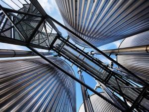 industriefotografie-gewerbegebiet-metall-fabrik-brücke-silos