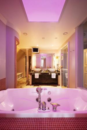badezimmer-einrichtung-badewanne-rote-kacheln-waschbecken-objektfotografie