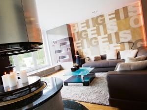 wanddekoration-wohnzimmer-inneneinrichtung-sofa-objektfotografie