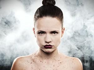beauty-portrait-studio-nebel-symmetrisch-streng-glitter