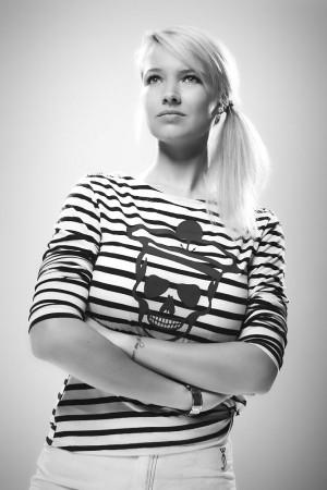 junge-frau-blond-verträumt-high-key-studio-portrait