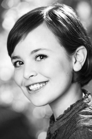 mädchen-schwarz-weiß-portrait-outdoor-filmlicht-50er-jahre