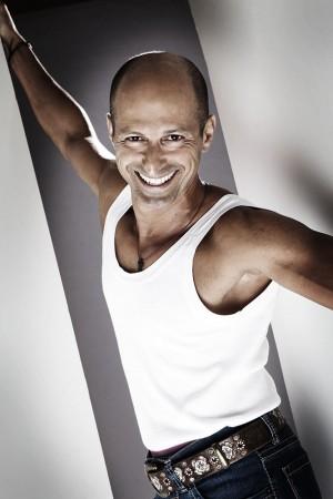 mann-lachen-shirt-sportlich-markant-studio-portrait