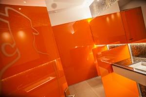 glaswand-farbig-waschraum-villa-medici-bad-innenarchitekturfoto