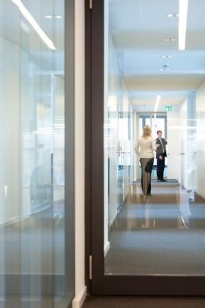 Werbefoto von Mitarbeitern im Gebäudeflur des Unternehmens