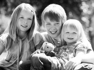 Kinder Fotoshooting, Geschwister in Natur schwarz weiß