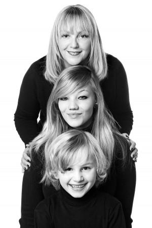 Familienfoto Geschwister schwarz weiß in Pose