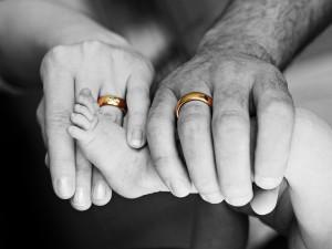 Paarfoto von Händen mit Ehering