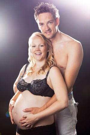 Babybauch Shooting, Paar mit Scheinwerfern