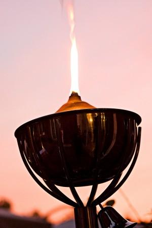 Schmuckfoto von Kerze bei Sonnenuntergang