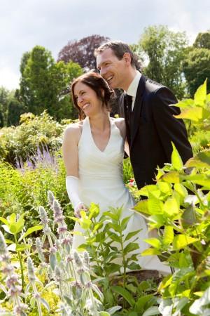 Hochzeitsfotograf, Portrait Brautpaar im Garten