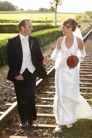 Hochzeitsfotograf, Brautpaar laufend auf Schienen
