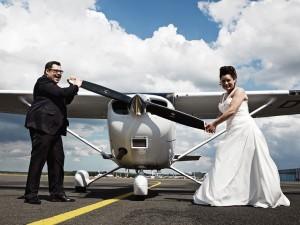 Hochzeitsfotograf, Brautpaar vor Flugzeug