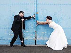 Hochzeitsfotograf, Brautpaar öffnen Hangar von Flugzeug