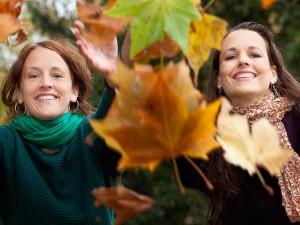 Outdoor Portrait von Geschwistern im Herbst