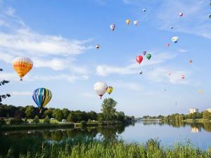 Eventfoto von Heißluftballons beim Abheben