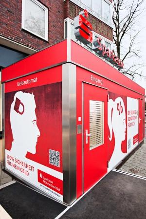 Bedruckte Werbefläche eines Geldautomaten