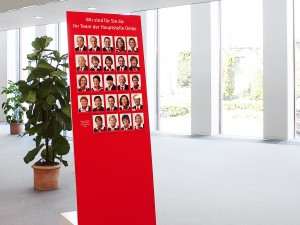 Mitarbeiterfotos auf Werbefläche